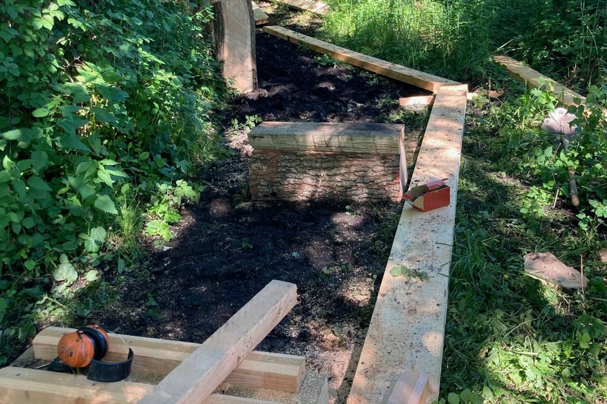 Mit Eichenstämmen und Föhrenbrettern wurden neue Stege konstruiert